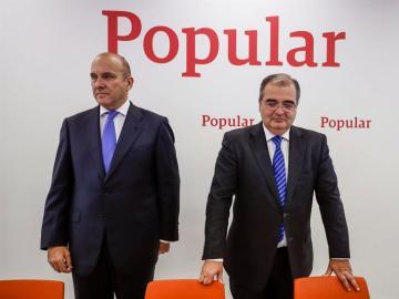 El expresidente del Banco Popular, Ángel Ron (d), junto al ex consejero delegado de la entidad, Pedro Larena