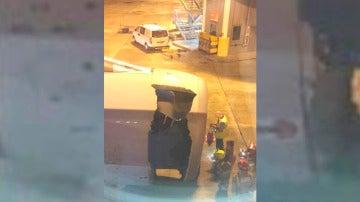 Imagen del agujero en uno de los motores de un avión de China Eastern