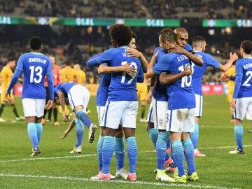 Los jugadores de Brasil celebran un gol ante Australia
