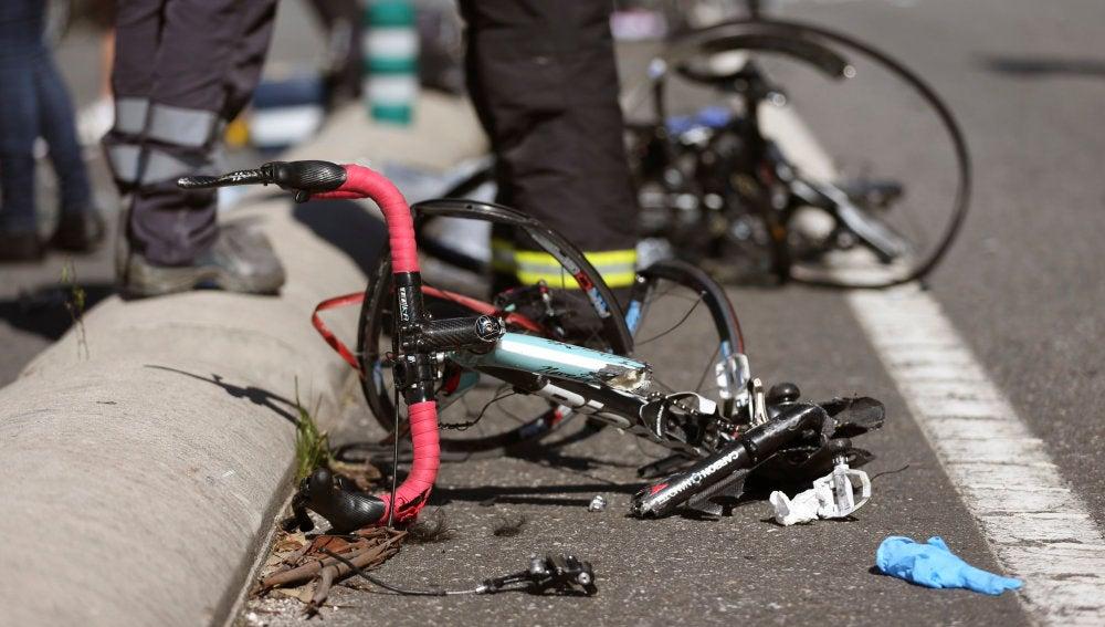 Estado en el que quedó una bicicleta tras ser arrollada por un vehículo