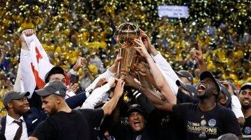 Los jugadores de los Warriors levantan el trofeo de campeones de la NBA