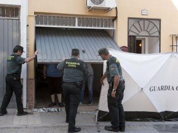 Agentes de la Guardia Civil, a las puertas del domicilio ubicado en Las Gabias