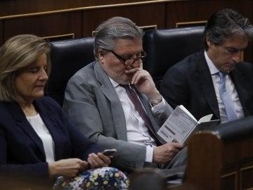 Méndez de Vigo lee un libro durante el debate de la moción de censura