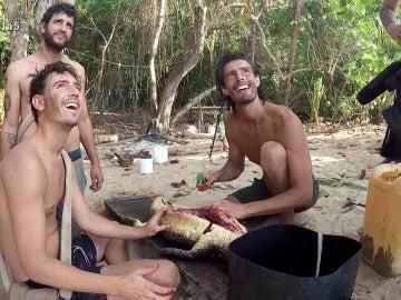 Cuco, Santi y Fernando destripan al caimán en La Isla