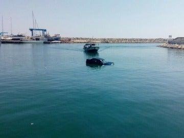 Un mecánico lanza el coche de un cliente moroso al mar