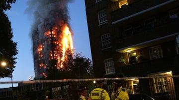 Imagen del edificio incendiado en Londres