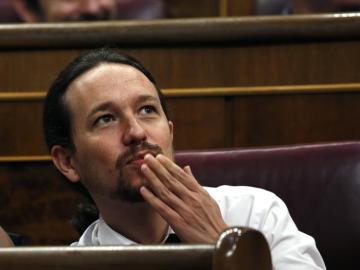 Pablo Iglesias lanza un beso durante el debate de la moción de censura