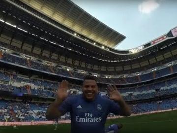 Ronaldo saluda a la cámara de Roberto Carlos en el Corazón Classic Match
