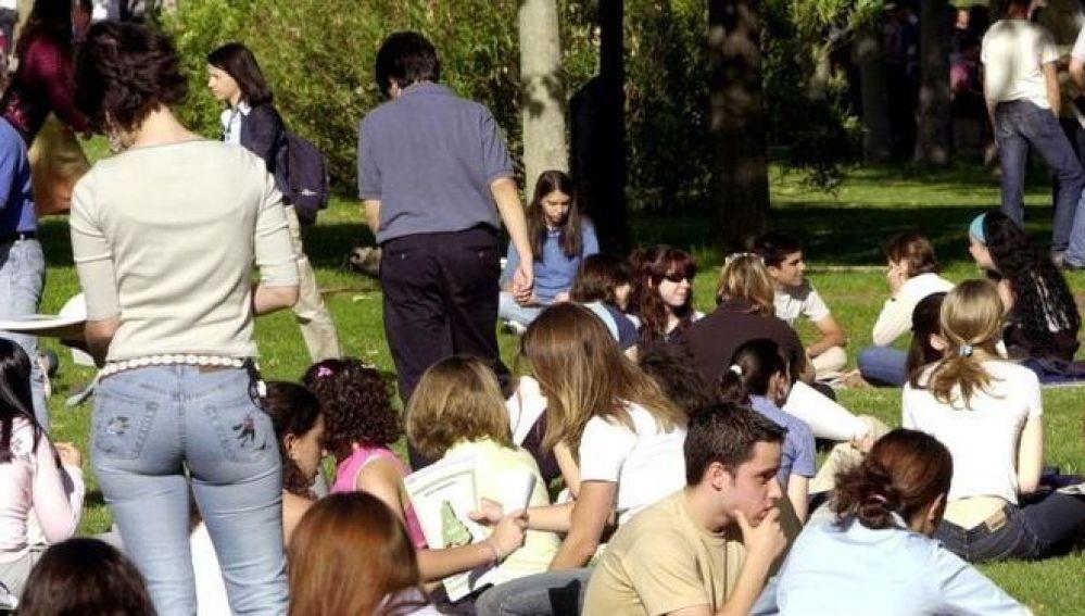 Jóvenes en un parque