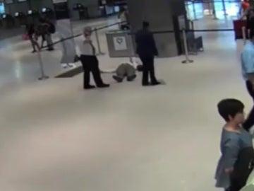 Agresión de un hombre por parte de un trabajador de Unitesd Airlines