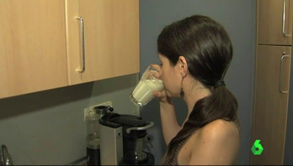 Una mujer bebiendo leche