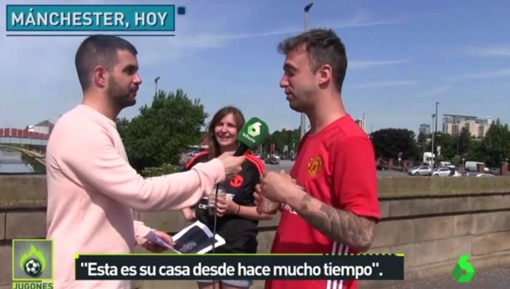 Un aficionado del Manchesterr United atiende a los micrófonos de Jugones