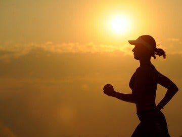 Los brazos proporcionan impulso y equilibrio al caminar