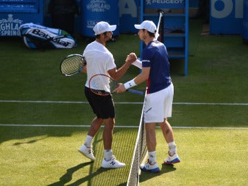 Jordan Thompson y Andy Murray se saludan tras el partido