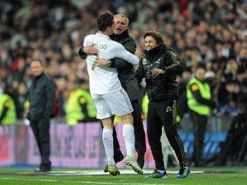 Cristiano Ronaldo se abraza con José Mourinho durante un partido del Real Madrid
