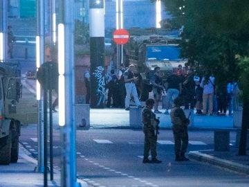 Soldados prestan guardia en el exterior de la Estación Central de trenes de Bruselas