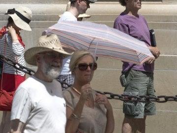 Turistas se protegen del calor frente a la Catedral de Sevilla