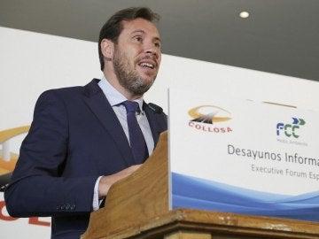 Óscar Puente hablando ante los medios