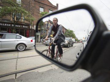 Una persona en una bici vista a través de un retrovisor