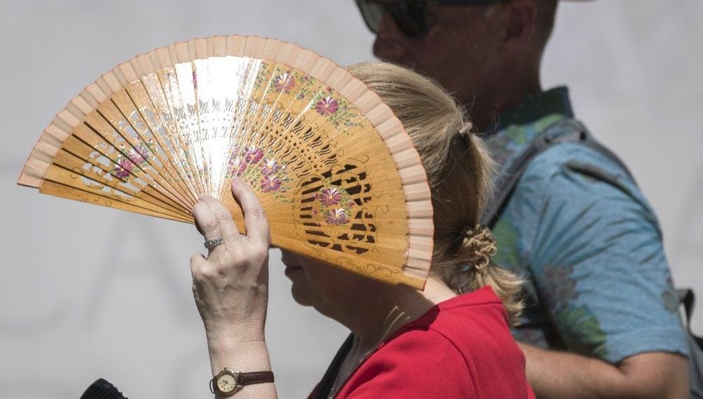 Mujer se protege del sol por la ola de calor