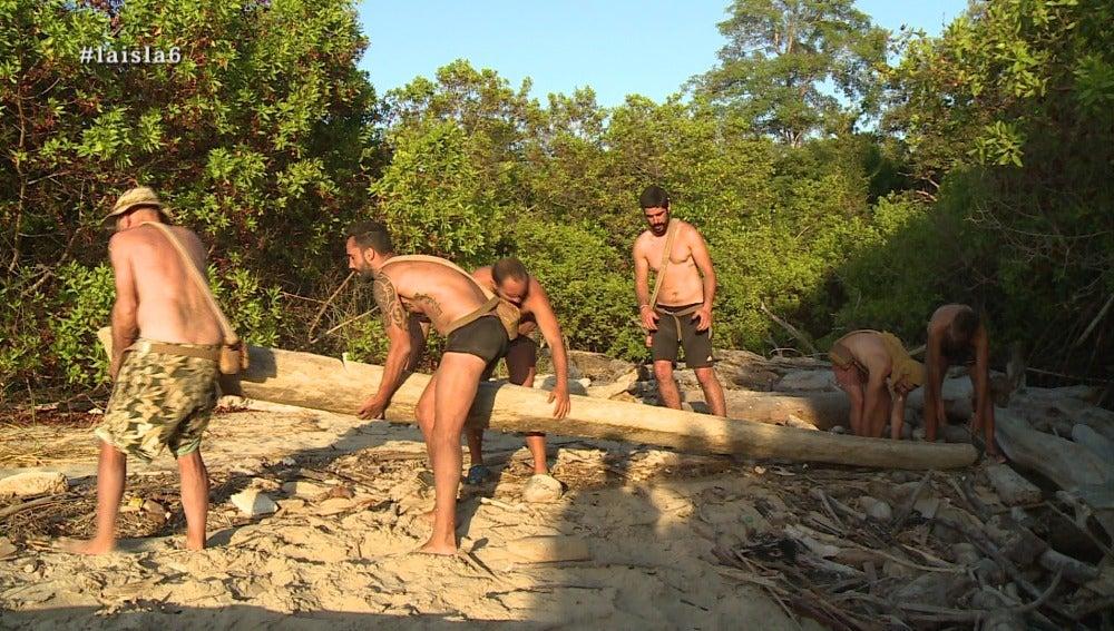 Los aventureros construyen barcas