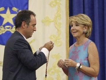 El presidente de Asociación Dignidad y Justicia da a Aguirre la medalla de la Asociación