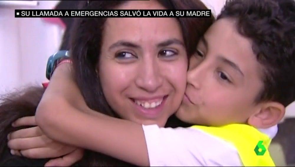 niño salva madre