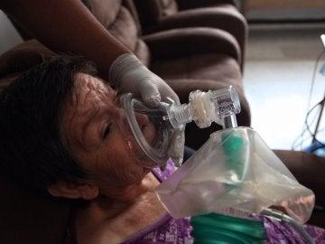 Una paciente recibe terapia para mitigar los síntomas de la ELA