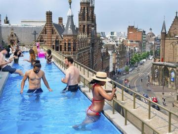 Un grupo de amigos disfrutan de una piscina en la azotea de un hotel en la ciudad de Ámsterdam