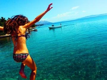Chica saltando en la playa