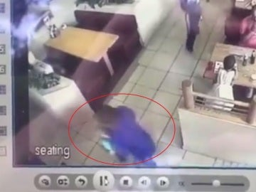 Momento en el que un hombre intenta raptar a un niño