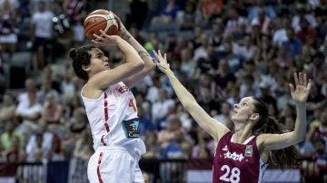 Alba Torrens lanza a canasta en el partido contra Letonia