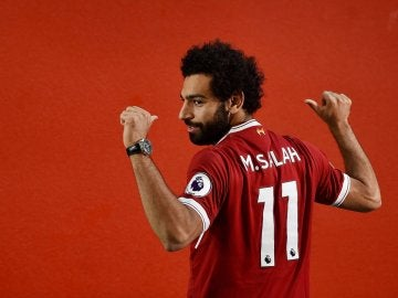 Salah posa con la camiseta del Liverpool