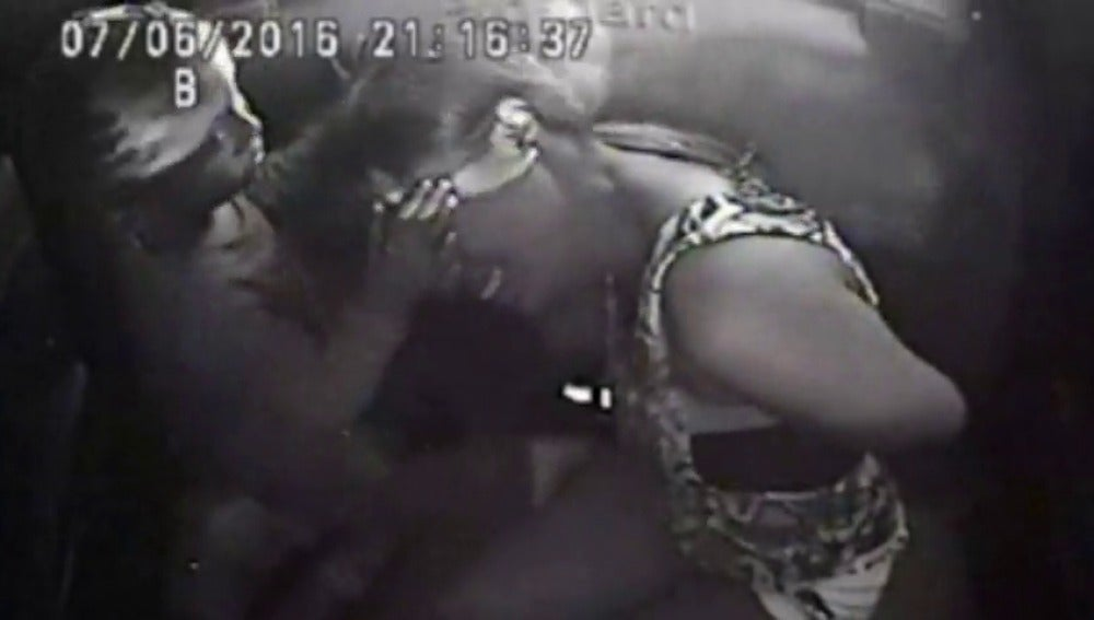 Una niña consuela a su madre tras presenciar cómo un policía mata a tiros a su padre