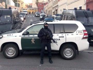En la imagen, un agente de la Guardia Civil durante una operación antiyihadista en Melilla