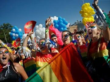 Chicas bailando en la celebración del Orgullo en Madrid