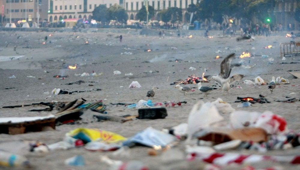 Aspecto que presentaba la playa de Riazor, en A Coruña, tras las hogueras de San Juan