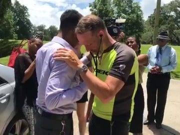 Un padre recorre 3.000 kilómetros para escuchar los latidos del corazón de su hija fallecida, donado a un joven a punto de morir