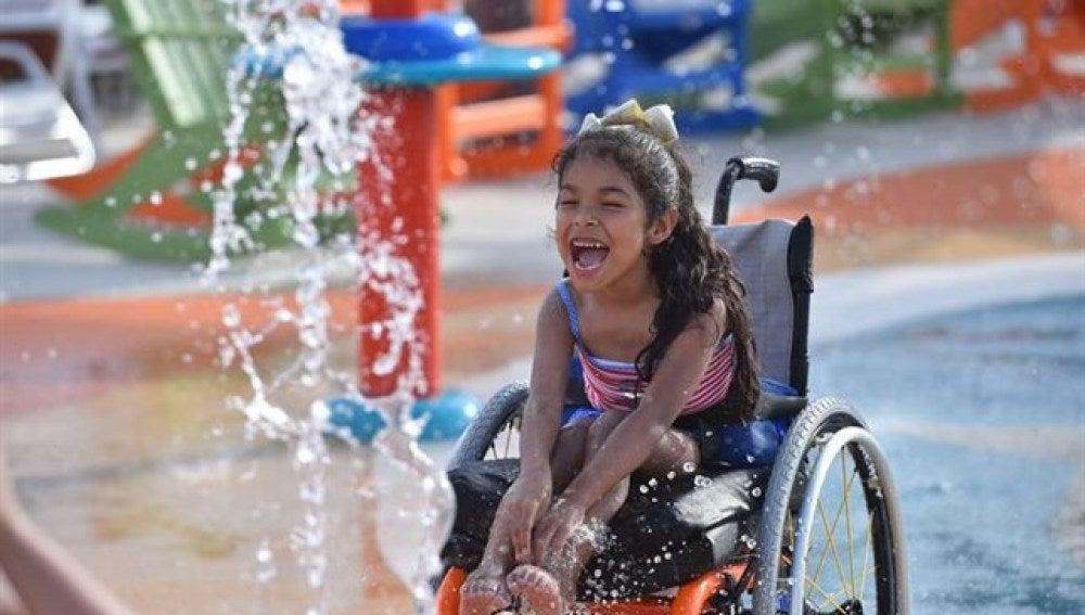 Una niña con discapacidad disfrutando del nuevo parque acuatico