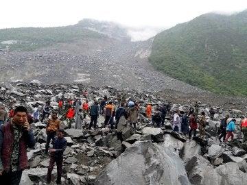 Equipos de rescate tratan de ayudar a encontrar a los cientos de desaparecidos