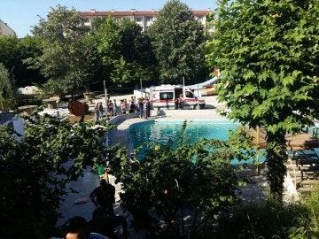 Las autoridades inspeccionan la piscina donde cinco personas han muerto electrocutadas, en Sakarya, Turquía