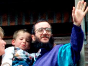 José Antonio Ortega Lara junto a su familia saluda desde la ventana de su casa