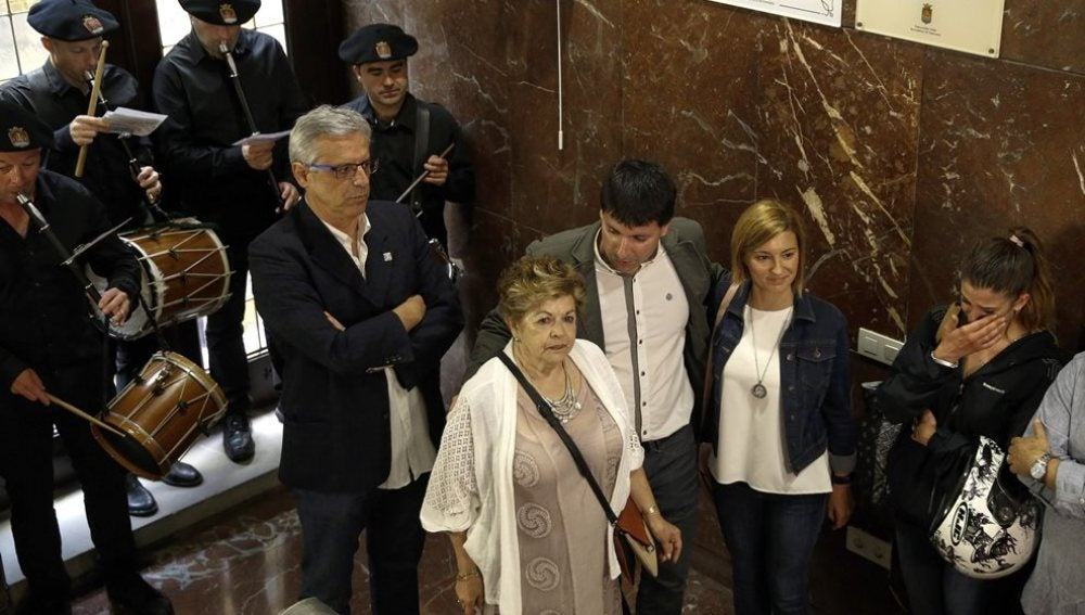 El alcalde de Errenteria, Julen Mendoza (3d), junto a Juani (c), viuda de José Luis Caso, y Naiara (2d), hija de Manuel Zamarreño