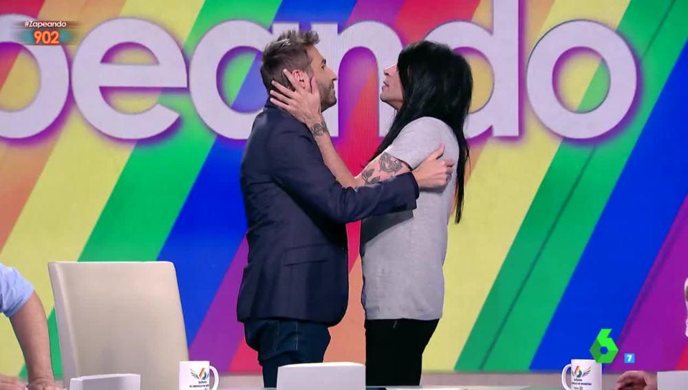 El beso con el que Mario Vaquerizo y Frank Blanco celebran el inicio del World Pride 2017