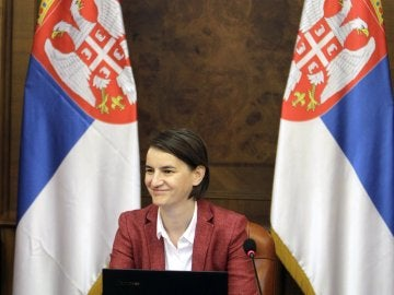 La nueva primera ministra serbia, Ana Brnabic, preside su primera reunión del Consejo de Ministros en Belgrado (Serbia)