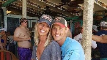 Una pareja pide que eliminen al hombre que está detrás de su foto de pedida