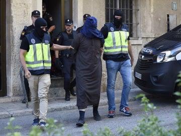 Efectivos de la Policía trasladan a un hombre detenido en la localidad de Inca
