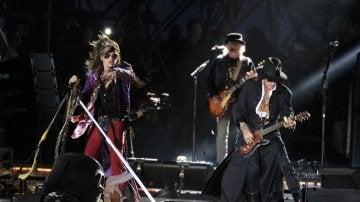 Tyler con su coleta y su enrevesado atuendo gipsy durante el concierto en Madrid