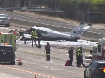 Una avioneta se estrella en mitad de la autopista de San Diego