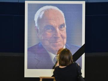 Mandatarios presentan respetos a Helmut Kohl